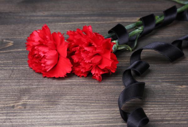 depositphotos_12131325-stock-photo-carnations-and-black-ribbon-on